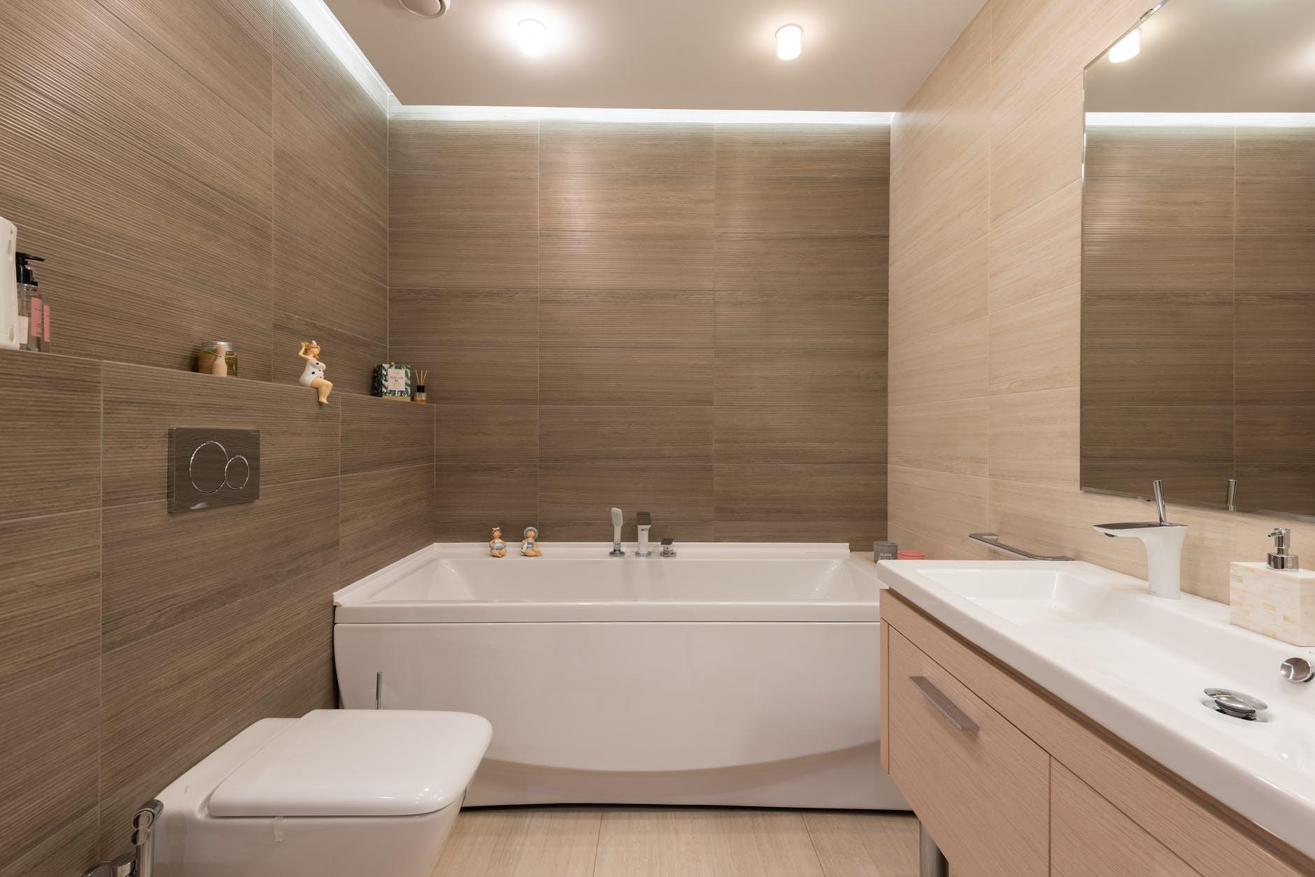 Wood-mimicking tiles in bathroom