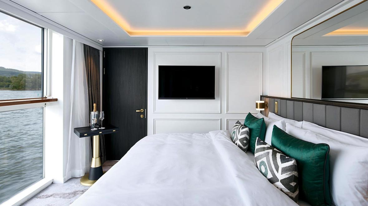 Deluxe Suite with Panoramic Balcony Window