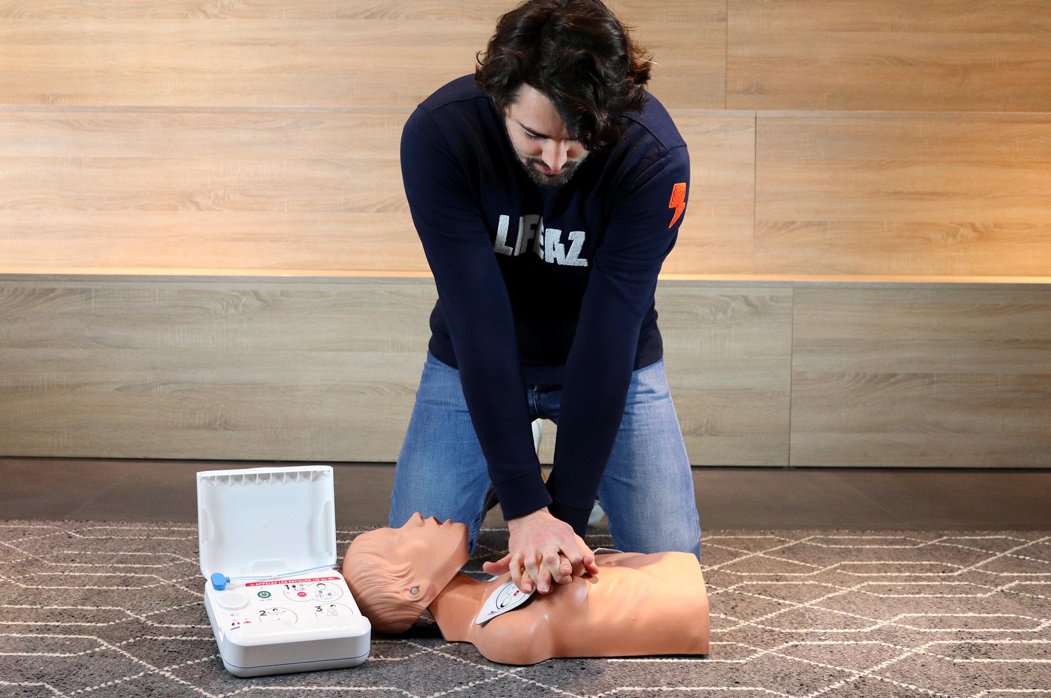 Un massage cardiaque avec notre défibrillateur Clark