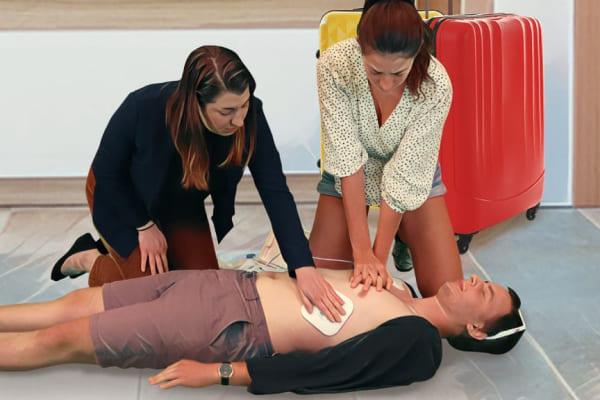 Le témoin place les électrodes pendant que le massage cardiaque continue
