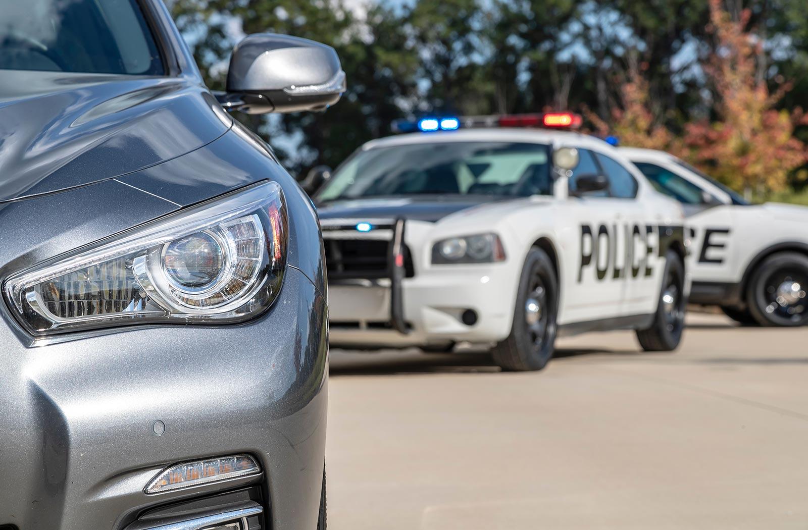 El coche de policía que sigue a otro vehículo después de una lectura de ALPR