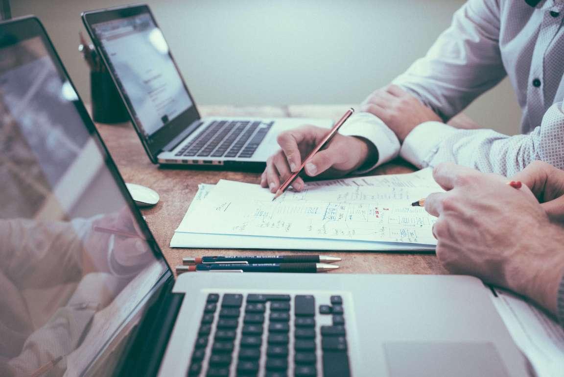 Vad är skillnaden mellan utlägg och vidarefakturering för dig som företagare?