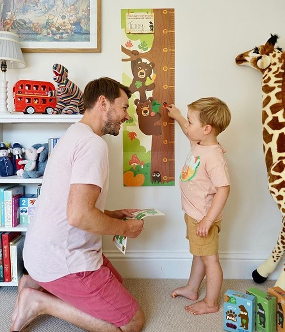 Did you know you can now get your paws on a FREE customisable height chart and stickers to track your little cubs growth, just like @daddelicious?🐻 ⁣ ⁣ Details for how to claim one on the back of e...