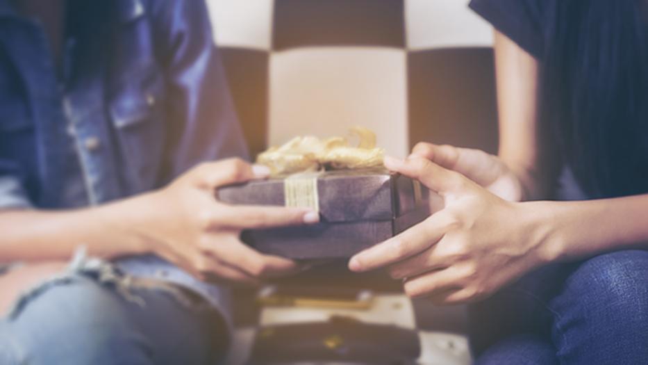 Qué regalar cuando te invitan a una casa: 5 ideas baratas | Vivus.es