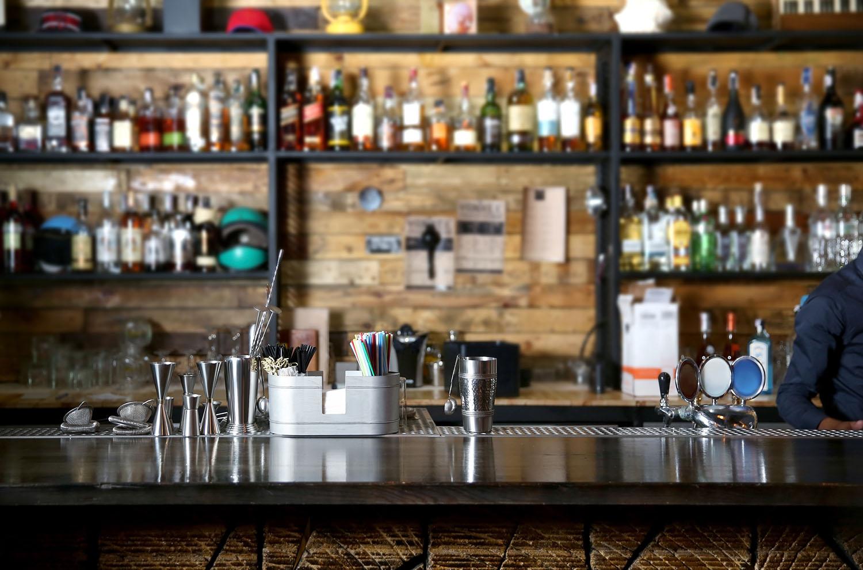 Cómo promocionar un bar y conseguir una cola de clientes hambrientos