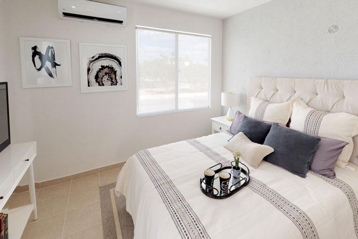 Habitación amplia, cama, televisión amplias ventanas. Casa en venta