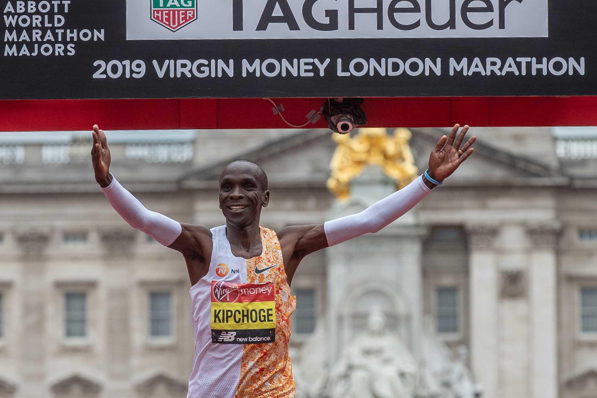 Eliud Kipchoge crosses finish line - London
