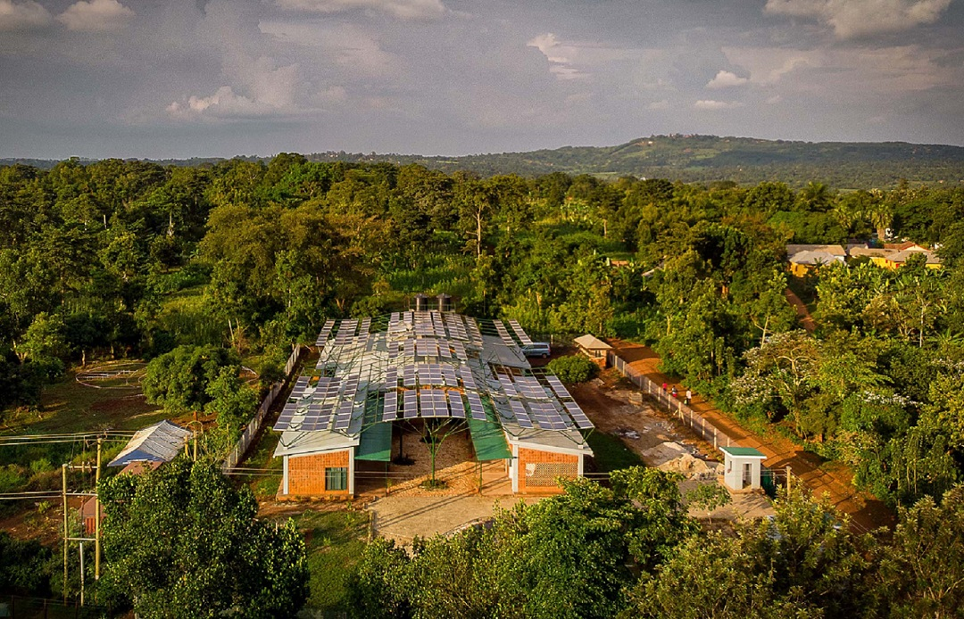 Photo of a healthcare facility in Uganda with a solar panel roof.