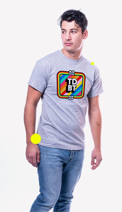 Man met een preview van een met onze service geproduceerd T-shirt.