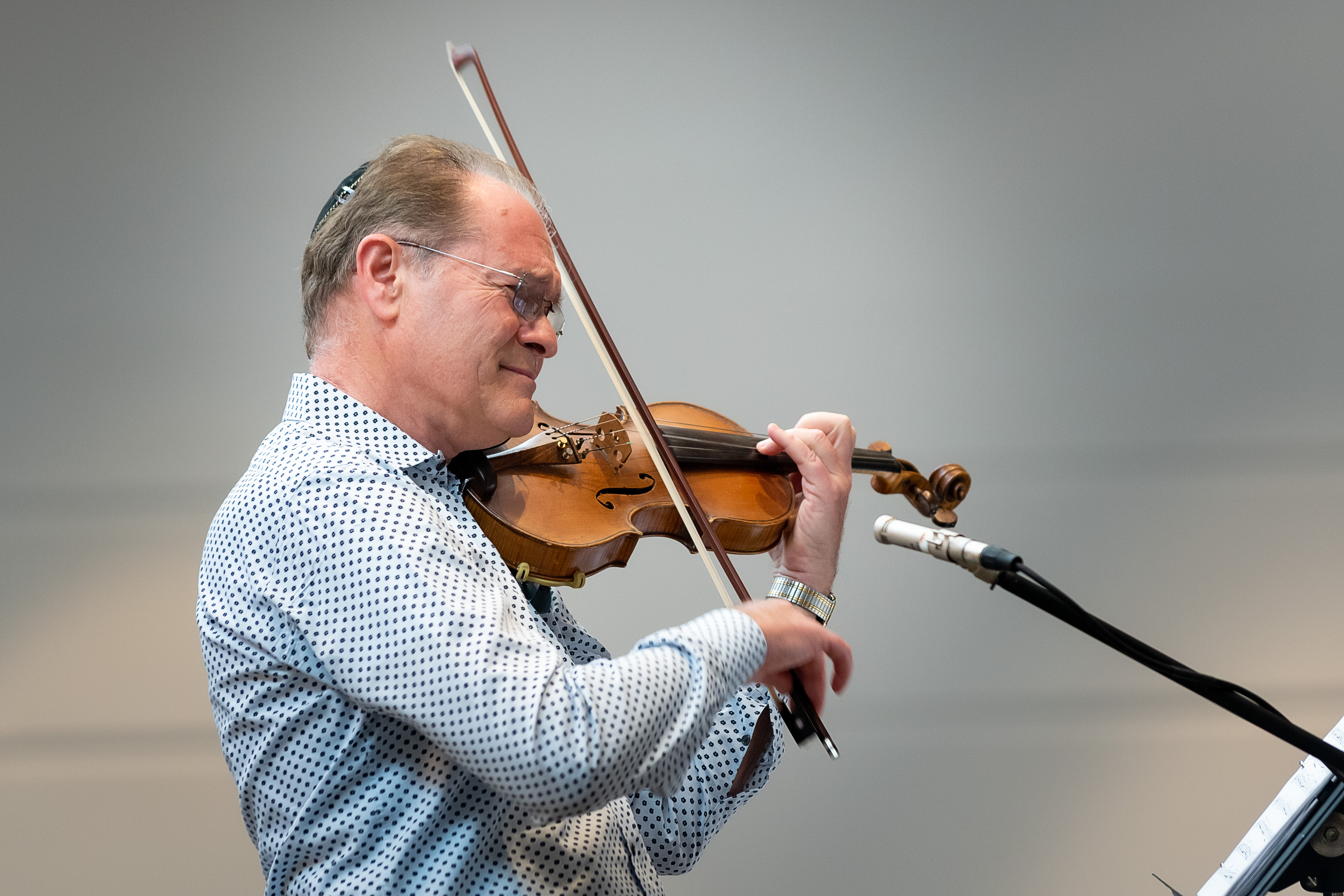 Cantor Tunitsky playing his violin