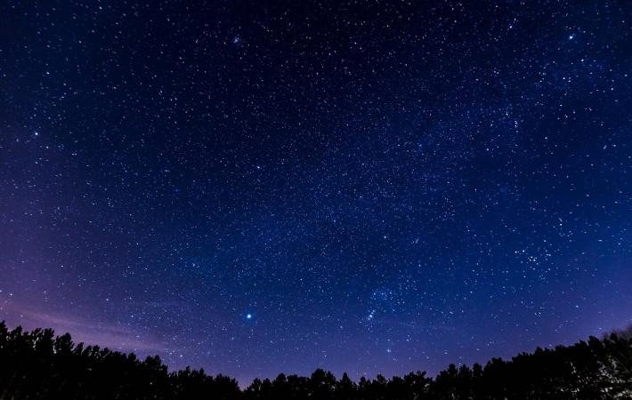A calm night sky with hundreds of stars