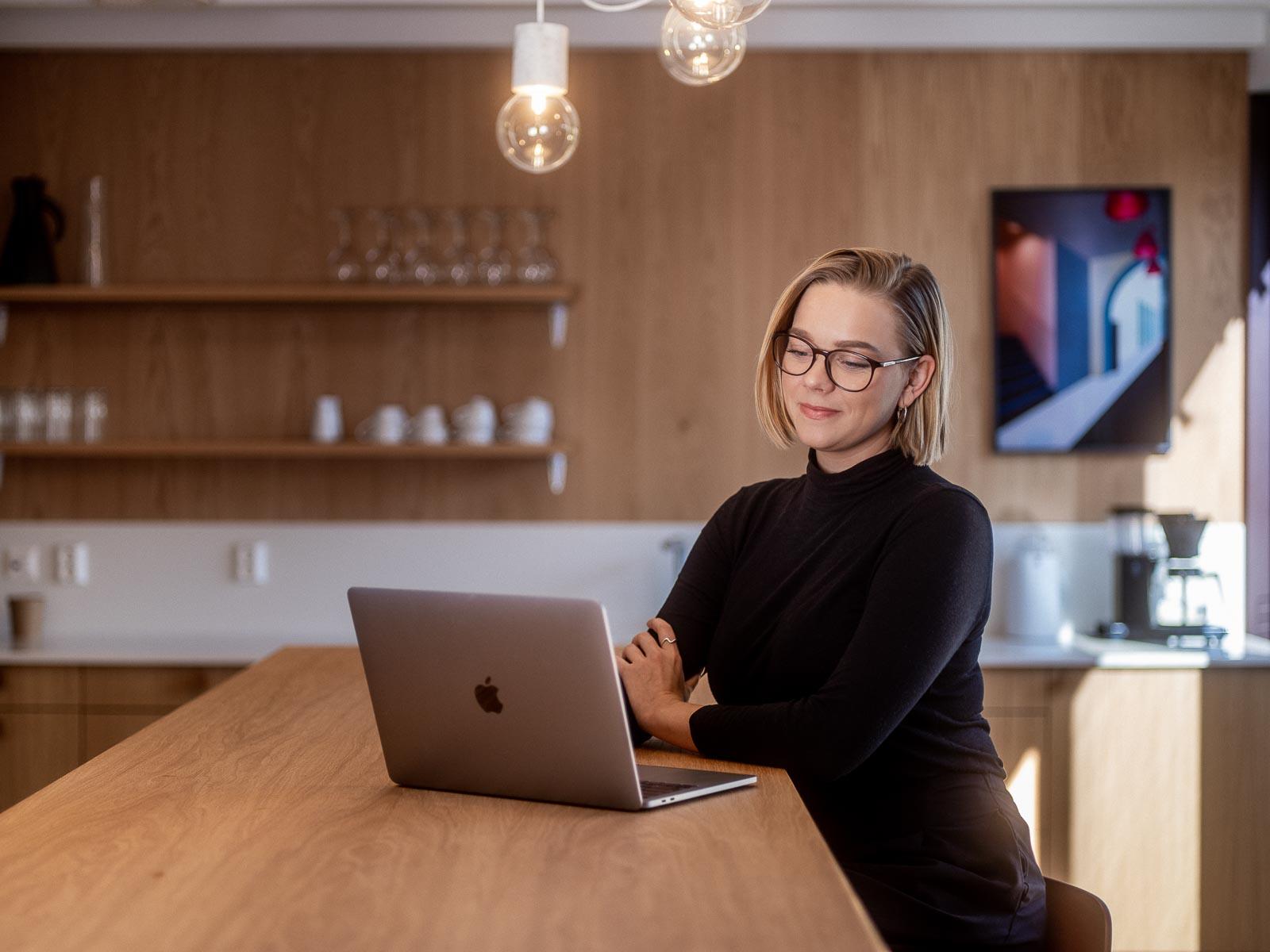 Kvinne jobber med Microsoft 365