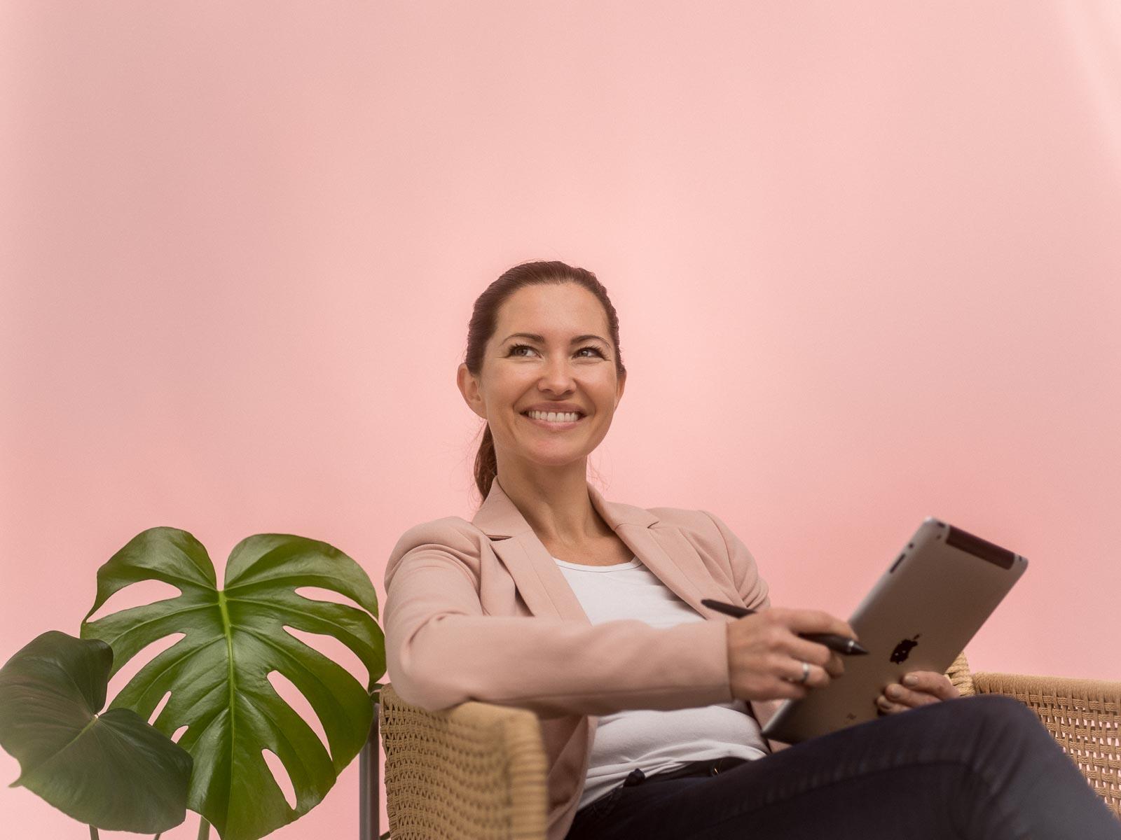 Portrett av kvinne som søker etter domene på ipad