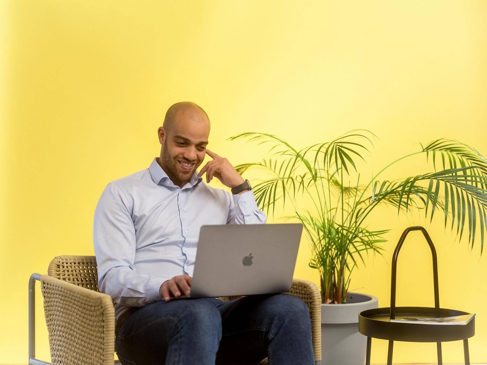 Mann bruker Microsoft 365 på laptopen sin