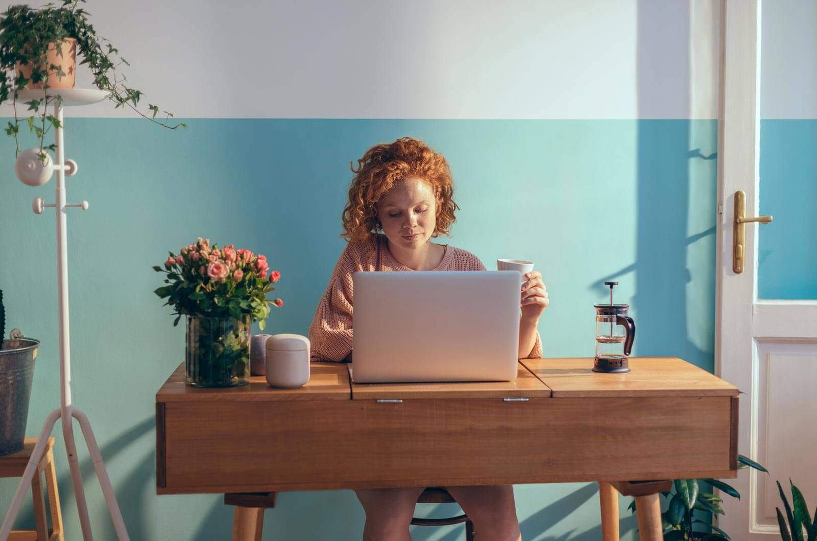 Kvinne sjekker opp i hostingpakker på laptopen sin