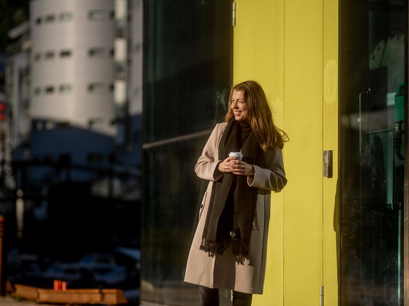 Kvinne smiler i solen fordi hun vet at serveren hennes har den beste backupen