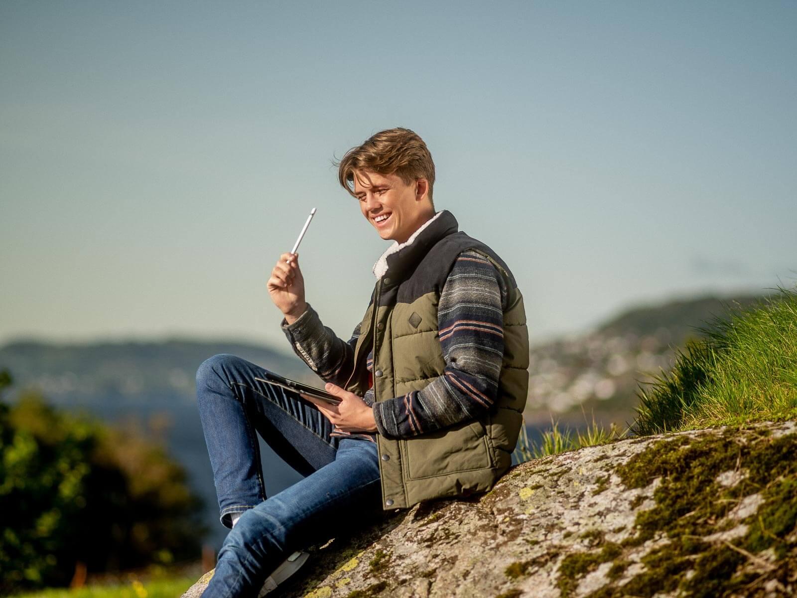 Mann jobber utendørs på ipad med sin nye nettside