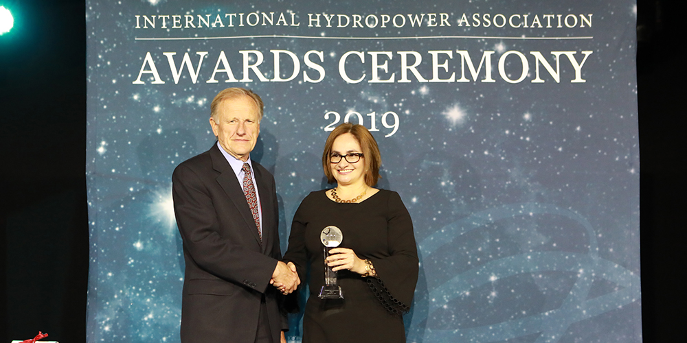 Irene Cañas Díaz received the IHA Blue Planet Prize from IHA President Ken Adams