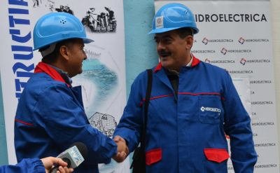 Photograph of Mr Remus Borza, judicial administrator at Hidroelectrica shaking hands with Mr Andrei Gerea, the Romanian minister of energy, at the tunnel's inauguration ceremony