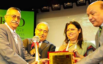 Photograph of Mr M M Madan, president and CEO at the hydropower division of Jindal Power Ltd, receiving the 2015 Global Sustainability Award from Ms Meenakshi Lekhi, a member of the Indian parliament