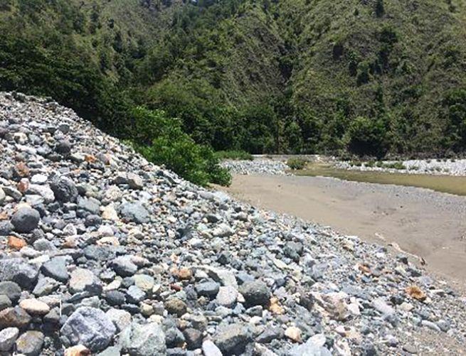 Figure 4 - sediment deposits in the backwater of Binga reservoir