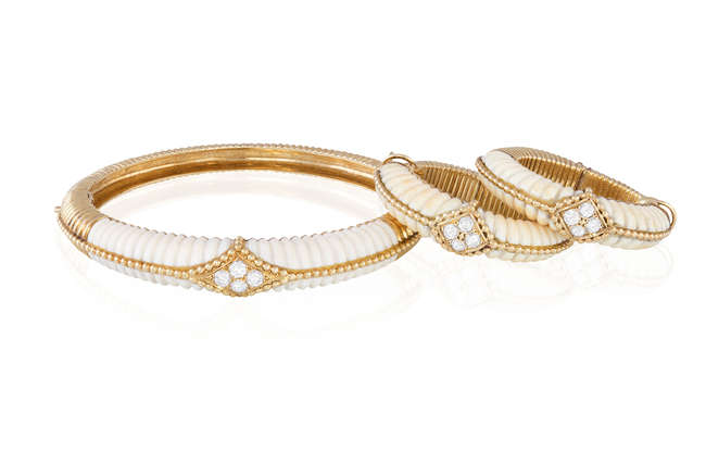 AN IVORY AN DIAMOND BANGLE WITH A PAIR OF EARRINGS EN SUITE, BY VAN CLEEF & ARPELS, CIRCA 1970