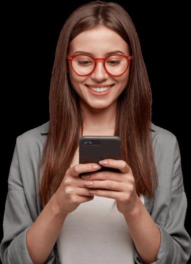Moça branca segurando celular
