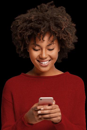 Mulher negra pagando dívidas pelo celular