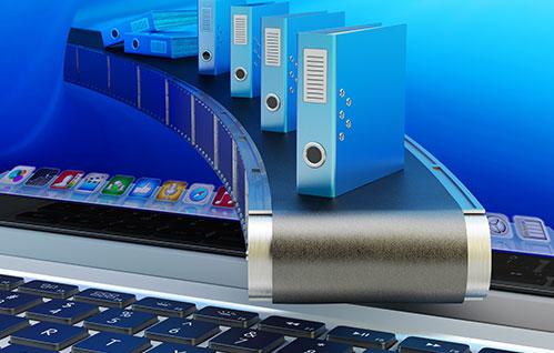 Close extremo de um laptop aberto com ícones de livros acima