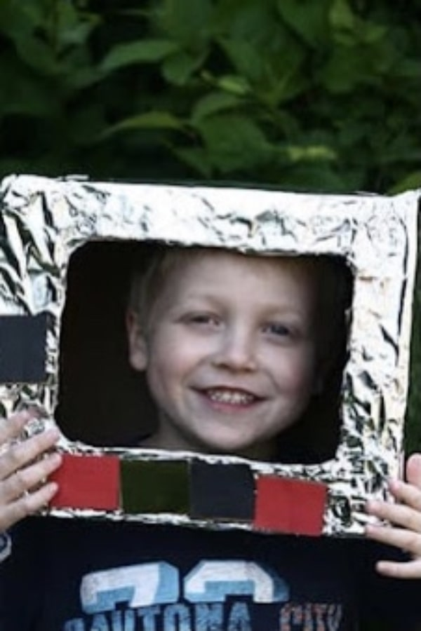 Kid with a space helmet from a carboard box