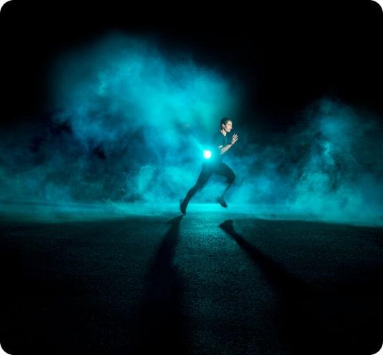 homme courant dans un nuage de fumée bleu