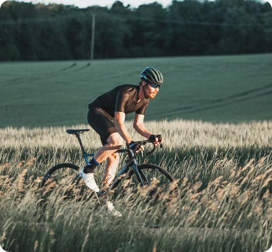 homme faisant du vélo dans la nature