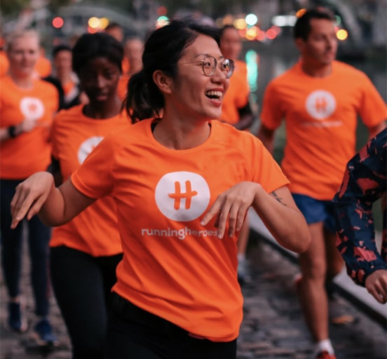 groupe du running heroes club courant le long du canal saint martin