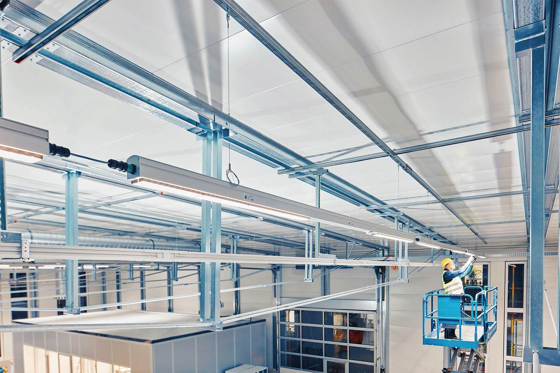 Halle mit intelligenter LED Technik von SchahlLED