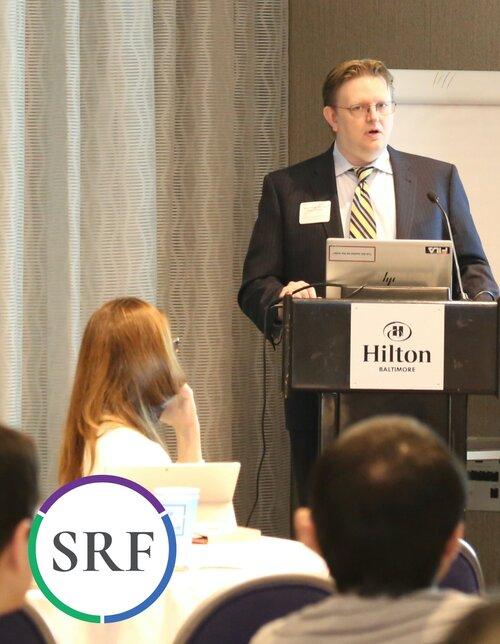 El Dr. Holder dando una actualización del trabajo del IPSC en su laboratorio y el del Dr. Rumbaugh. Foto: P. Halliburton.