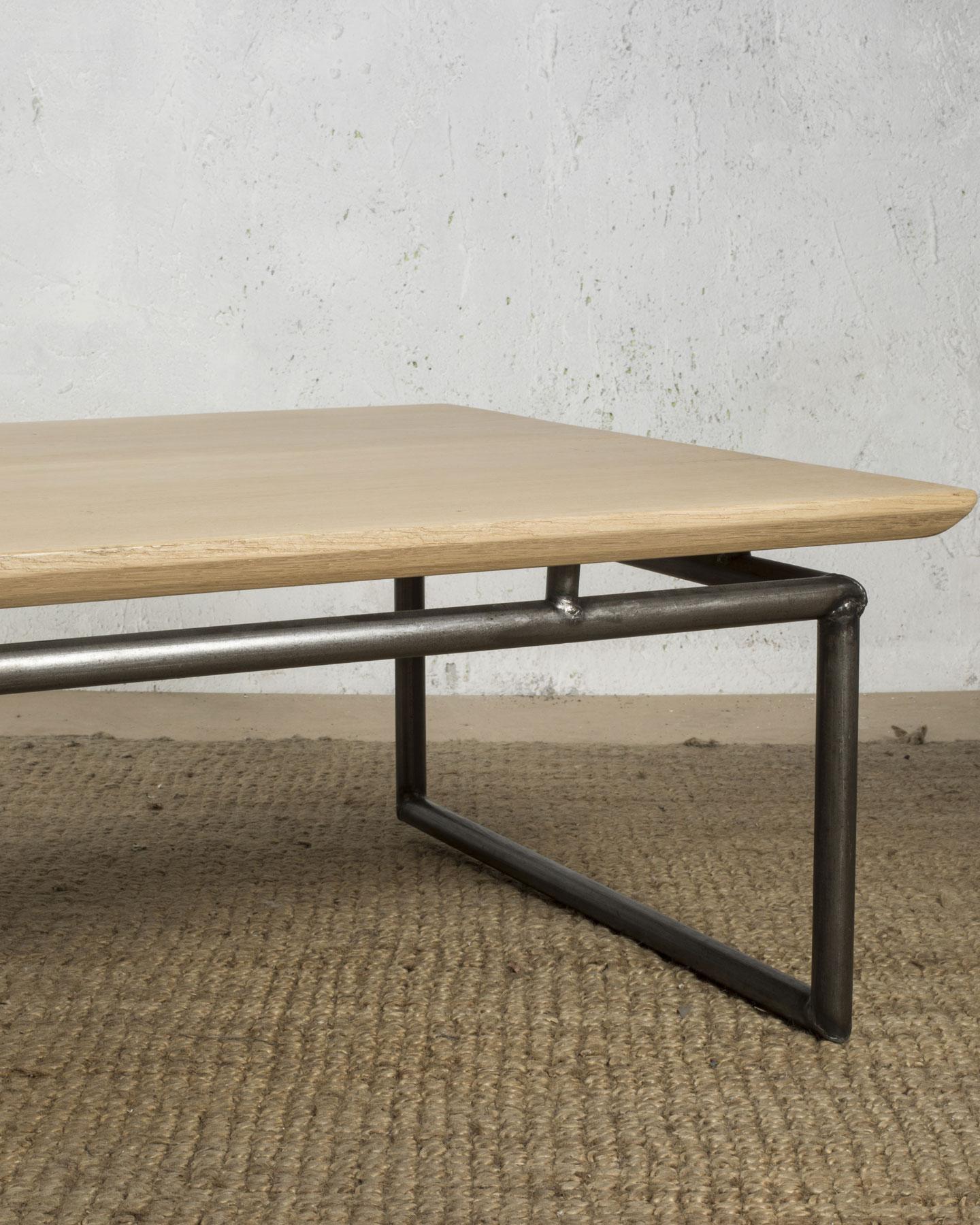 Table basse en bois et métal avec finition vernis mat, entièrementtraitée
