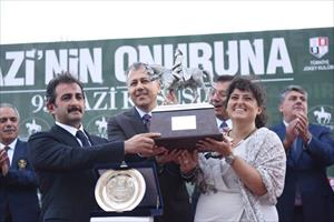 A big crowd accompanied to the ceremony on the Winner Circle. Ali Yerlikaya, Governor of Istanbul and Mustafa Aksu, Deputy Minister of Agriculture and Forestry and Chairman of Board of High Stewards together presented the trophy to the winning owner Melis Kurtel Emin, picture Jockey Club of Turkey