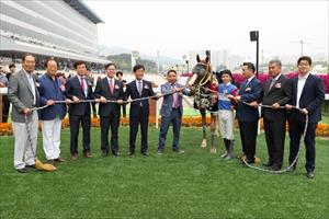 World Sun wins the Minister's Cup before the 40,000 strong crowd at Seoul Racecourse. Choi Si Dae and World Sun keep out a disappointed Lee Chul Kyung on Kaylan. trophy ceremony for the Minister's Cup. Picture credit