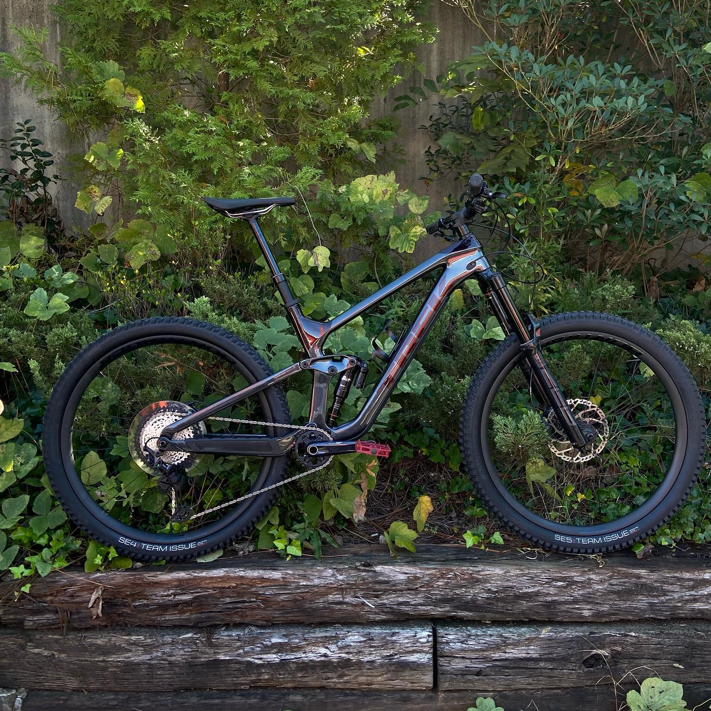 Slash 9.8 XT  A full OCLV Mountain Carbon frame with 160mm of travel and an all-new RockShox Super Deluxe Ultimate shock Shimano XT 12-speed drivetrain 4 piston brakes Line Elite Carbon Wheels Size large currently available in the shop. Come by for a test ride. . #slash #trekbikes #ridebikeshavefun . . . #mtbbike #mtblife #adventureseeker #fullsuspension #hubbikes