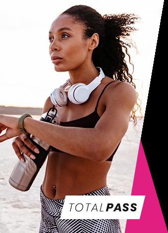 Mulher negra na praia praticando atividade física - Total Pass - alice