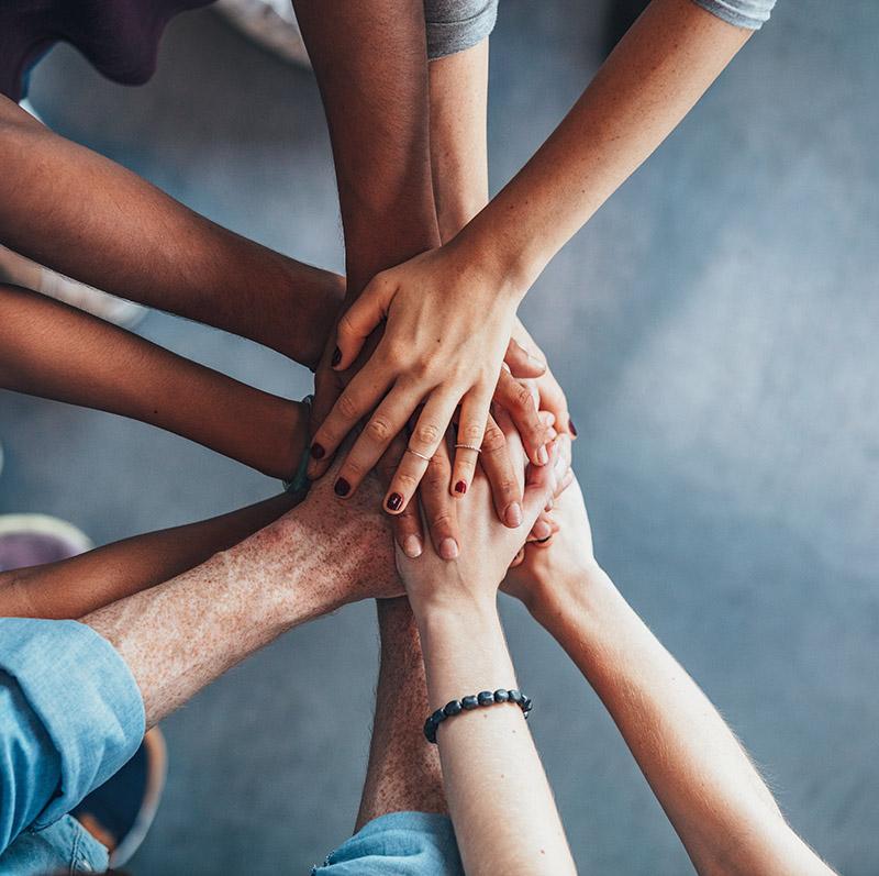 Groupe de personnes qui unissent leurs mains