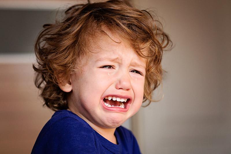 Enfant dans la souffrance qui pleure