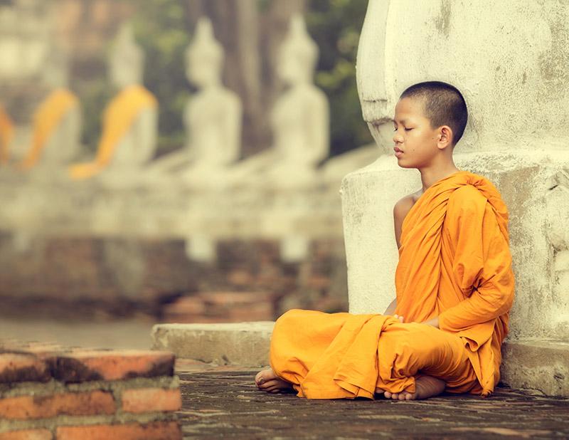 Jeune moine bouddhiste en train de prier