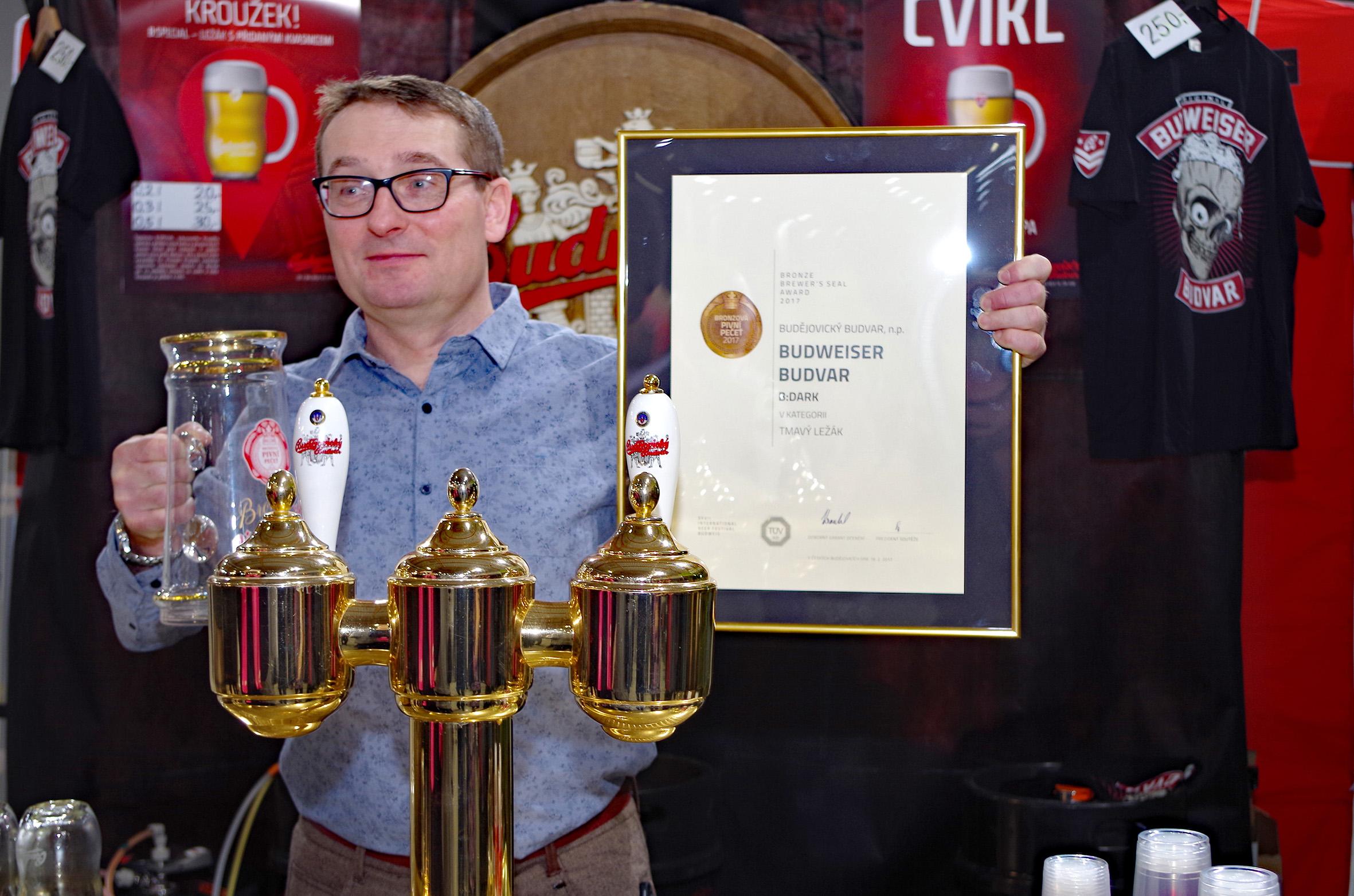 Tmavý ležák Budweiser Budvar B:DARK získal ocenění.