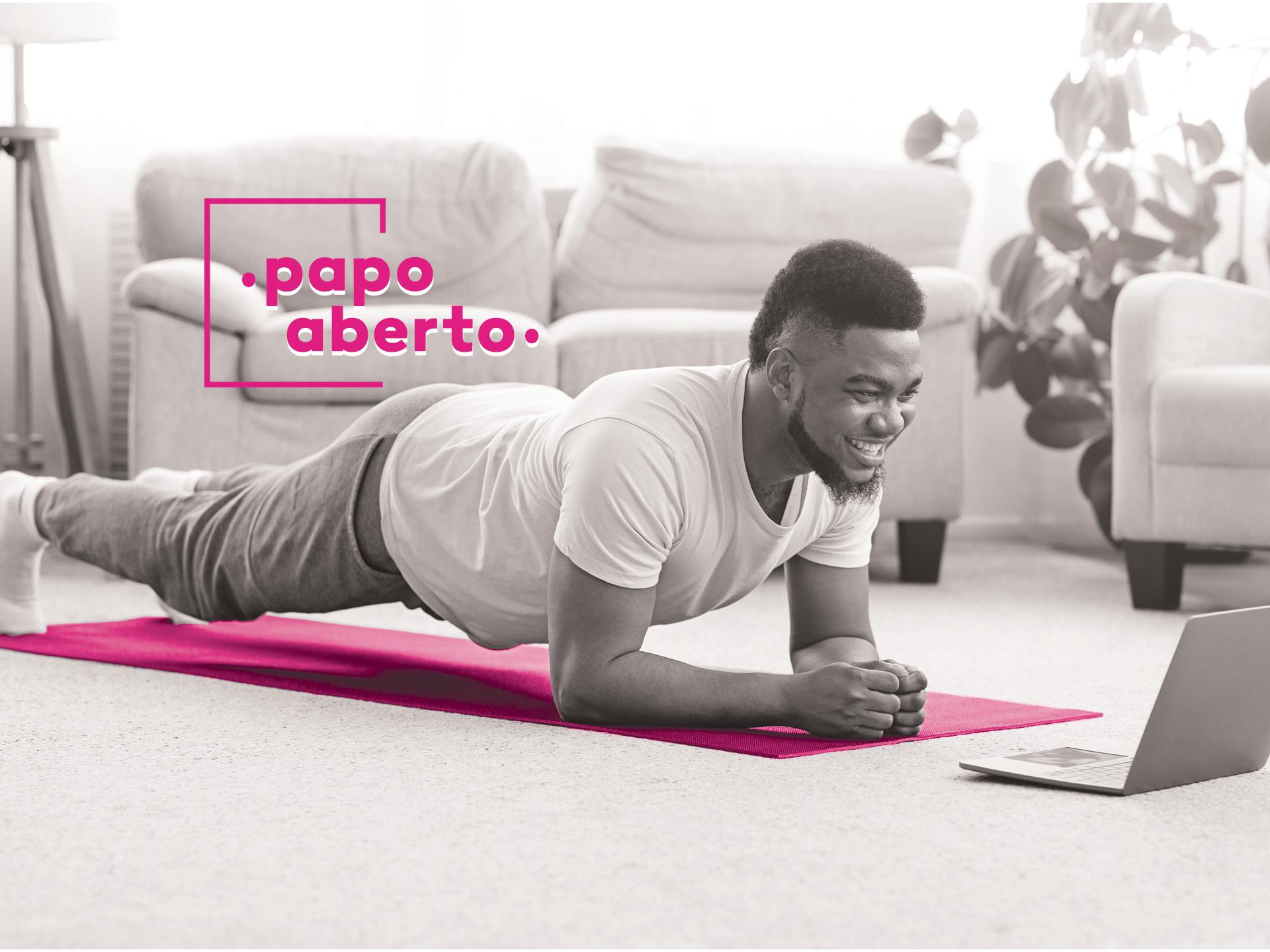 foto de um homem num tapete de exercício