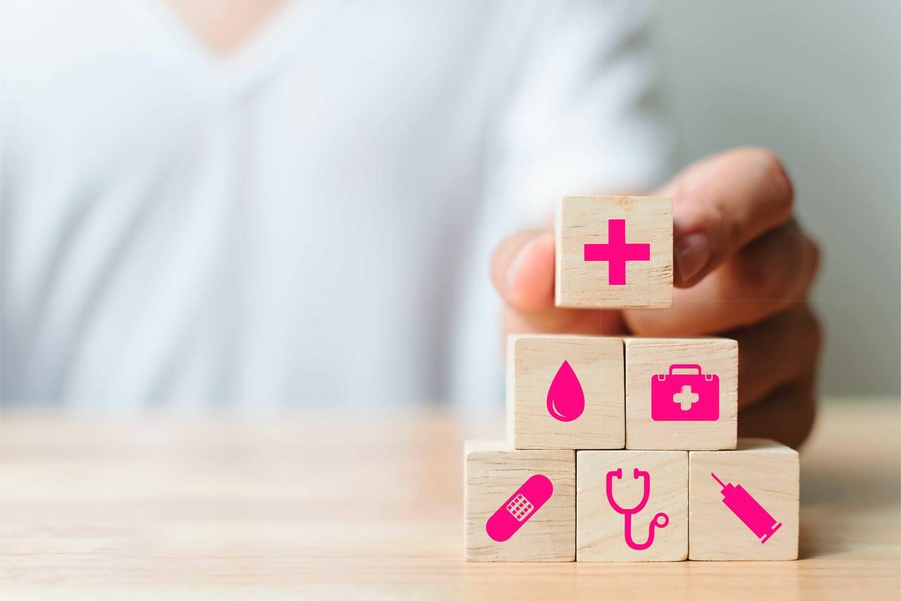 pessoa montando um jogo com peças com imagens de saúde