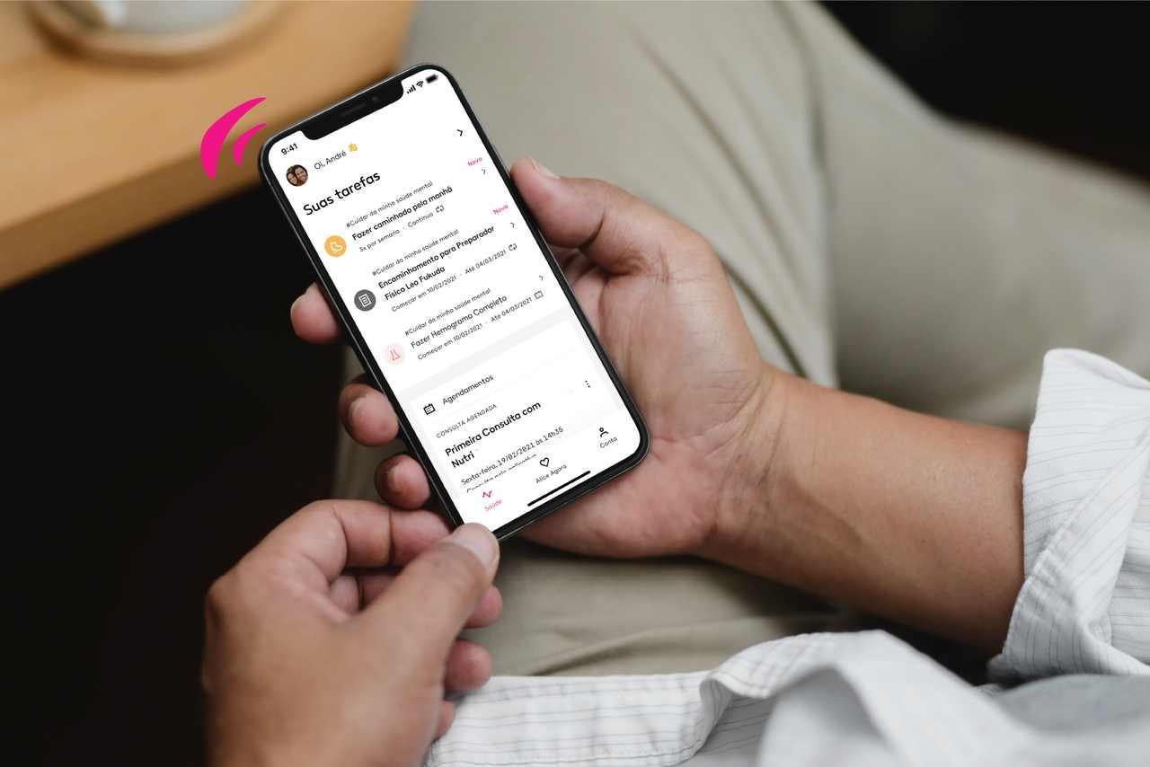 pessoa segurando celular com a tela do app alice
