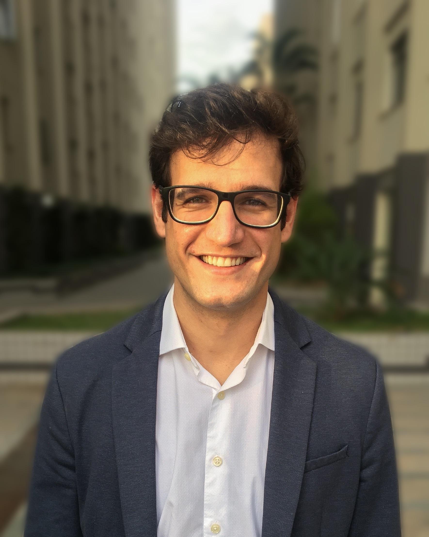 foto de um médico homem sorrindo