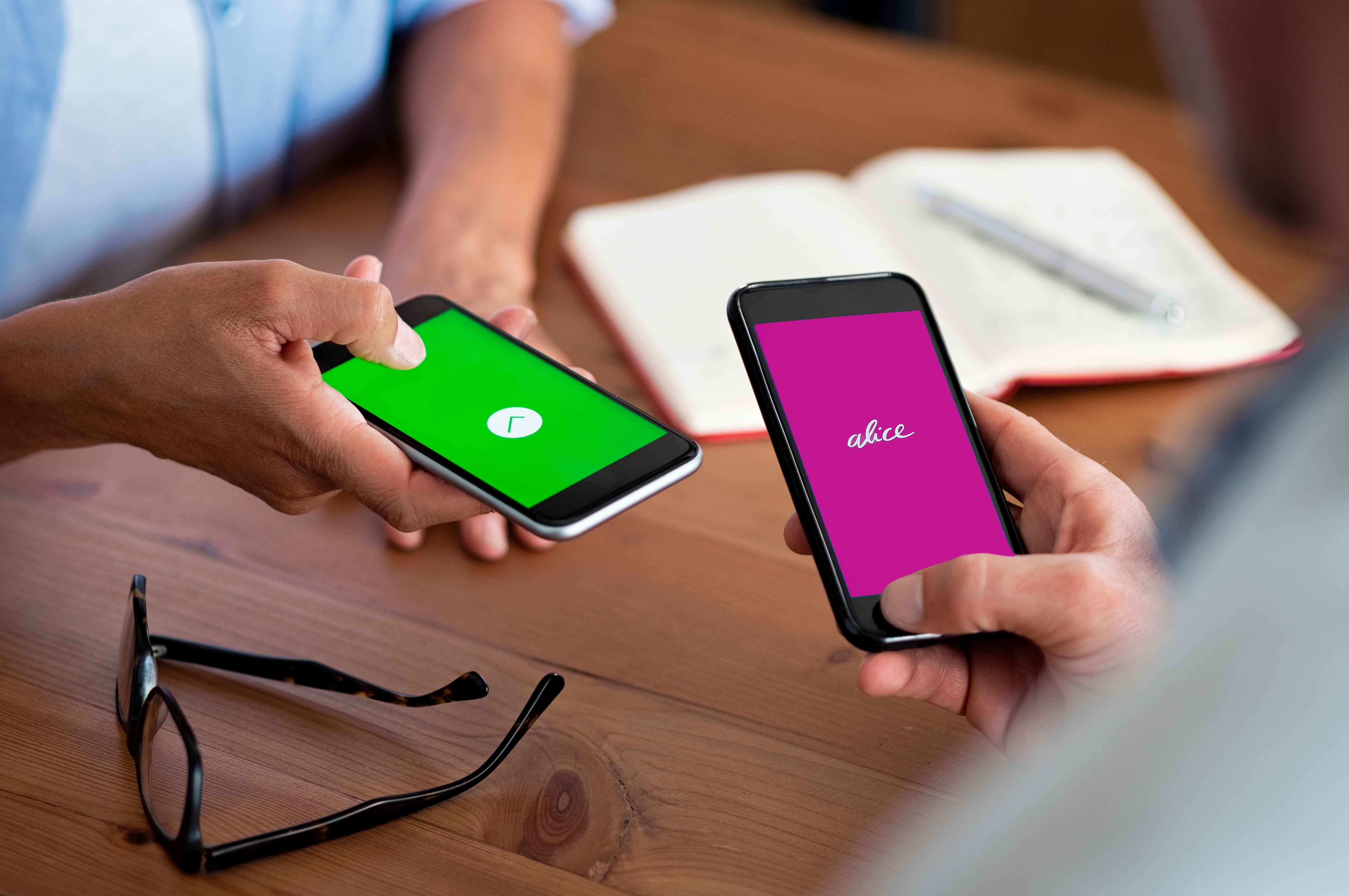 foto de duas pessoas com um celular na mão
