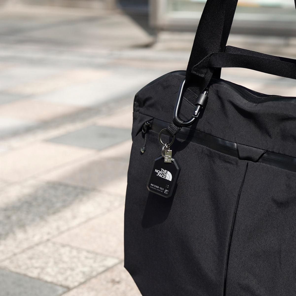街中ではバッグに付けて